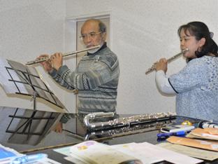 「なにか楽器を習ってみたい。」という方にはおすすめです。オーケストラや吹奏楽でも主旋律を担当するフルートは伴奏がなくても、ひとりで楽しめます。また、仲間ができれば他の楽器とアンサンブルをしたり、楽しさはどんどんふくらみます。
