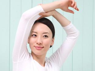 普段のなにげない生活の中で自分では気づかない行動・しぐさが身体を歪ませる原因になっているかもしれません。 骨盤体操では、ボディ・コントロール・バンド(BCB)というゴムバンドを巻き、動かすことで骨格の修正ができ、血行不良やリンパの滞りを改善します。